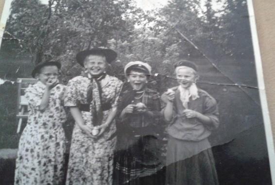Agneta, Birgitta, Irma och Gull-Britt i Ullas trädgård